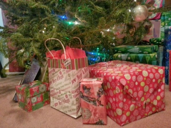 presents-around-christmas-tree
