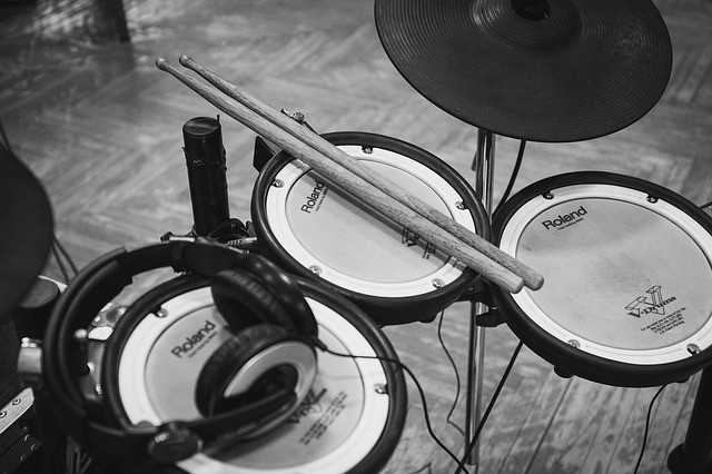 Acoustic Versus Electronic Drums: Which Kit is Better?